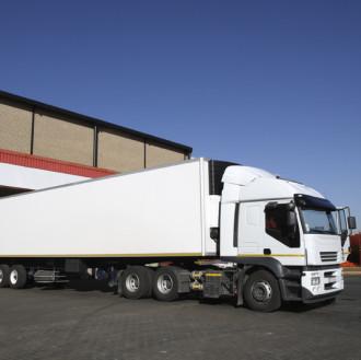 Ein großer Transporter LKW steht bereit für Logistik und Transportfahrten