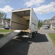 Ein Transporter der Deutur Transporter GmbH vor einem Haus bereit zum umziehen